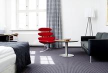 Værelser / At overnatte på Hotel Koldingfjord er hver gang en unik og særlig oplevelse. Ikke to værelser er helt ens -alle 134 værelser har sin egen stemning og charme. Her finder du værelser med fjordudsigt eller udsigt til fredfyldt skov – med små ovale vinduer eller panoramaudsigt fra gulv til loft.   Værelserne er alle smagfuldt indrettet i en pragtfuld kombination af klassisk arkitektur og tidløst, dansk design med respekt for det oprindelige byggeri.