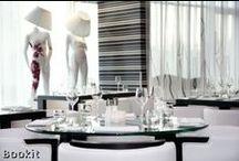 Hip & Trendy / Soms mag een hotel net iets meer zijn. Deze keer geen doodgewone hotelkamer. Wat dacht je van een badkamer ontworpen door een bekende designer? Slapen in een volledig witte kamer of slapen in kubusvorm? Anders logeren dan anders, het kan.