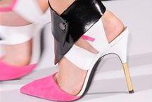 Fashion week : best-of accessoires / Ici on zoom sur nos accessoires coups de cœur de la Fashion Week, et en particulier à Milan où des créateurs comme Gucci, Prada, Versace, Dolce & Gabbana, Giorgio Armani ou Roberto Cavalli promettent de somptueuses découvertes. Au programme, 7 jours, 60 marques et plus de 70 défilés.