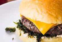 Hambúrguer / Deliciosas ideias para você preparar o seu hambúrguer em casa. São várias dicas para você preparar burgers com carnes vermelha, com vegetais, com frango, com linguiças... Também tem molhos e conservas para turbinar o seu lanche, acompanhamentos e até o passo-a-passo para fazer seu pão de hamburger em casa.