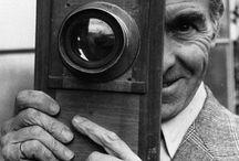 Robert Doisneau (1912 - 1994) / Inizialmente fotografo industriale alla Renault e, dopo la guerra, cronista di Le Point. Dal 1946, per circa 50 anni, fotografo dell'agenzia Rapho. Ha raccontato la vita per le strade di Parigi,  soprattutto  nel quartier periferico di Montrouge, dove viveva: tanti bambini, ragazzi, momenti quotidiani simili ad altri, ma nello stesso tempo unici, fotografati con l'occhio spesso ironico, sempre semplice, con l'umanità al centro del suo obiettivo