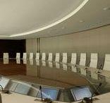 Bureaux, Siège Sociaux, Head Office BOUYGUES | Made by James / La salle de visioconférence accueille une table en hémicycle qui épouse l'espace, parfaitement adapté à la destination de la pièce Salle du Conseil : cette grande salle de conseil, très lumineuse, offre une cadre de travail fonctionnel et agréable, bénéficiant des installations techniques les plus ressentes. Wilmotte & Associés SA  MADE BY JAMES @lamaisonjames
