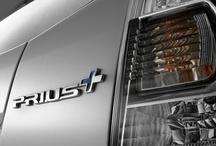 Toyota Prius+ / Siedmioosobowa hybryda W 2013 roku na polskim rynku zadebiutuje europejska nowość: model Prius+, siedmioosobowy mini-van wyposażony w pełni hybrydowy napęd. Toyota Prius+ charakteryzuje się najlepszym w klasie współczynnikiem oporu powietrza – 0,28. Nowy hybrydowy mini-van ma także najniższe w klasie zużycie paliwa (4,3 l/100 km) i emisję CO2 (99 g/km).