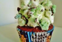 - SAM LOVES CAKE - / A dog once lived who loved cake.