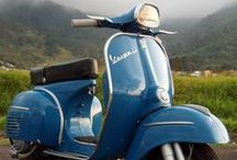 Vespas in Blue / Blau