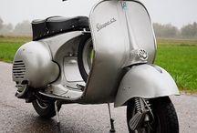 """Vespa GS - Grand Sport / 1955 brachte Piaggio ein atemberaubendes neues Modell auf den Markt: Die Vespa Grand Sport. Sie war in allen Belangen das genaue Gegenteil zum ein Jahr zuvor kläglich gefloppten Billigmodell 125 """"U"""". Ausgehend von den mit den """"Sei-Giorni""""-Werksrennmaschinen gesammelten Erfahrungen hatten die Ingenieure ein sehr hochwertiges Fahrzeug entwickelt, das auch den Ansprüchen sportlich orientierter Fahrer voll gerecht wurde."""