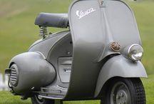 Vespa 98 & v98 / 1946 wurde die erste Vespa der Öffentlichkeit präsentiert. Sie trug den Spitznamen Paperino (Entchen) und hatte eine Höchstgeschwindigkeit von 60 km/h. Die 98 ccm starke Vespa V98 hatte bereits einige, bis heute für die Vespa charakteristische Merkmale, wie die selbsttragende Karosserie, Direktantrieb und einen seitlichen Motor.