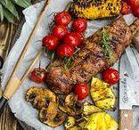 Grilliherkkuja / Grilliherkkuja Hellapoliisin tapaan. Testaa herkulliset grillireseptit ja nauti ruoanlaitosta pihalla tai parvekkeella. Nappaa myös vinkit kivoihin kasvislisukkeisiin. Grilliherkkuja voi valmistaa myös muulloinkin kuin kesällä, sovella ohjetta mielesi mukaan ja valmista sähköuunissa tai pöytägrillillä!  www.hellapoliisi.fi