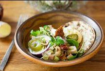 Salaatit / Salaatti sopii melkein tilanteeseen kuin tilanteeseen. Tee siitä ruokaisampi lisäämällä siihen proteiinia esim. kalaa tai juustoa. Sekoita joukkoon couscousia tai pastaa, ja kruunaa upeilla yrteillä tai itsetehdyllä kastikkeella. Arkeen ja juhlaan salaatit tarjoaa www.hellapoliisi.fi