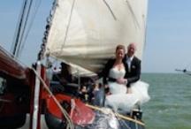 Huwelijksbootje - Bruiloft op een schip / Een zonnige toekomst tegemoet zeilen kan aan boord van het huwelijksbootje de Zuiderzee - Kom langs of bekijk onze mooie zeiltochten op http://www.zuiderzee.eu