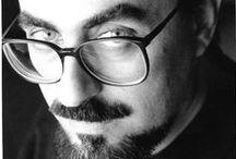 ΓΙΩΡΓΟΣ ΣΚΑΜΠΑΡΔΩΝΗΣ / Ο Γιώργος Σκαμπαρδώνης γεννήθηκε το 1953 στη Θεσσαλονίκη και σπούδασε Γαλλική Φιλολογία στο Αριστοτέλειο Πανεπιστήμιο. Έχει γράψει τα βιβλία Μάτι φώσφορο,κουμάντο γερό, Η ψίχα της μεταλαβιάς. Η Στενωπός των Υφασμάτων, Ακριανή λωρίδα, Πάλι κεντάει ο στρατηγός, Σάββατο απόγευμα, Γερνάω επιτυχώς, Ουζερί Τσιτσάνης, Επί ψύλλου κρεμάμενος, Πολύ βούτυρο στο τομάρι του σκύλου, Όλα βαίνουν καλώς εναντίον μας Μεταξύ σφύρας και Αλιάκμονος και Ουζερί Τσιτσάνης.