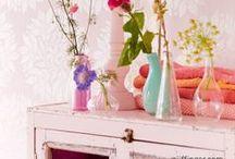 Inspiratiereis: Lost & Found / Ga op wereldreis en ontdek een verzameling van kleurrijke producten en onregelmatige designs. Zo creëert u onverwachte combinaties in huis, en dat mag! (Her)gebruik producten met een verhaal. Maak het sfeervol door oosterse vloerkleden, gekleurd glas en Aziatische tinten te combineren met bloeiende planten en drukke stoffen. Zo wordt thuis een levendige plek vol herinneringen.