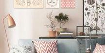 Boer. Living light / Creëer rust en ruimte in huis met neutrale en kalme tinten. Moderne items en pastelkleuren mogen gemixt worden. Geef het geheel een klassiek en elegant tintje met bijvoorbeeld sierlijsten. Kwaliteit, functionaliteit en een simplistisch design komen terug in de vorm van witte houten meubelstukken.