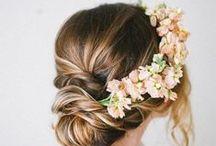 COIFFURES / HAIRSTYLES / Coiffures fleuries, en chignon, en queue de cheval, courts, attachés avec de jolis accessoires ou détachés : soyez la plus belle grâce à nos inspirations coiffure.