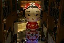 | Kokeshi world | / Bambola tradizionale artigianale giapponese nata nel periodo Edo in origine usata come giocattolo per bambini e come souvenir delle località termali e diventata oggetto da collezione. Le bambole kokeshi sono tipiche del nord est del paese, soprattutto della regione del Tohoku; scolpite in varie essenze di legno; hanno corpo cilindrico senza braccia e testa tonda ; sono decorate a mano e riflettono lo stile di un paese e di un artigiano.