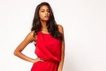 Lady & RED - Kleider in der Farbe der Liebe / Feurig schön müssen sie sein und möglichst elegant, denn die Farbe rot steht für Leidenschaft und Anmut. Rote Kleider sind aufregend und ziehen ganz gewiss die schmeichelnden Blicke auf die aufregende Trägerin!