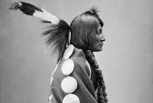 Les Indiens (sans les cow-boys) / Edward Sheriff Curtis, né le 16 février 1868 près de Whitewater et mort le 19 octobre 1952 à Whittier, est un photographe ethnologue américain.  Il a été un des plus grands anthropologue social des Amérindiens d'Amérique du Nord — et l'Ouest américain — laissant trace d'écrits et de nombreuses photos sur verre. Ainsi, de manière non exhaustive, il a entrepris l'inventaire photographique d'amérindiens des 80 tribus existantes.