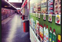 Scaffale virtuale interattivo / Il primo scaffale interattivo in Italia si trova nella Metropolitana di Milano e ti consente di scoprire le offerte dei supermercati nei pressi delle fermate della metro!