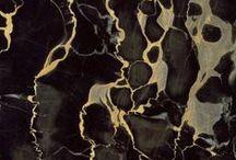 Mármores / Os mármores têm em sua formação bens minerais constituídos basicamente por calcita, formados por milhões e milhões de anos. Isso significa que ao optar por esta rocha ornamental em seu projeto, você estará levando um pouco da história de planeta para a sua casa. A Alicante comercializa mais de 40 tipo de mármores provenientes de diferentes países como Itália, Grécia, Espanha, Egito, Turquia, Irã, Índia, China e Portugal entre outros.
