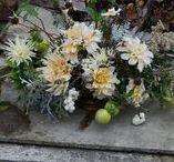 autumn / FLORA floral botanical atelier / Augusztus közepétől október elejéig nyúló, termékeny időszak. A nyári virágok utolsó, nagy hajrája áthajlik lassan fakuló színárnyalatokba. Dúskálunk a hortenziákban, kerti- és szellőrózsák hadában, szívjuk magunkba a tubarózsa illatát. Gazdag, színes lombok, bogyók, gyümölcsök széles választéka jellemzi. A dáliák telt formában és színekben tobzódnak.