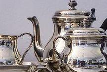 Antiek zilver / Uitgebreide collectie zilveren collectors items zoals naaigerei, lodereindoosjes, tabaksdozen, kerkelijk zilver en miniatuurtjes.   Grote collectie groot zilver en gebruiksvoorwerpen zoals serviezen, broodmanden en mandjes, kandelaars en kristal met zilver.