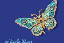 Nicolle Barr / Nicole Barr zilveren sieraden bezet met emaille, briljant en edelstenen gezet in vlinders, bloemen en libellen.  Bijzondere sieraden die de traditie van Fabergé en Tiffany voortzetten.
