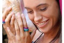 DuePunti / Diamonds are a girl's best friend, dat weet iedereen en daarom komt Due Punti, het Italiaanse sieraden merk uit de modestad Milaan met de beste creatie ooit! Een schitterende diamant gezet in een flexibele ring of armband gemaakt van silliconen. De diamant is briljant geslepen (57) slijpvlakken) en heeft een gewicht van 0.02 caraat. Dat wordt ook wel twee punten genoemd; Due Punti. Maar Due Punti staat ook voor de bijzondere combinatie van diamant, de hardste steen op aarde, en zacht silicone.