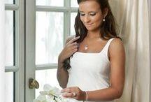 Silver Rose / De Chic by Silver Rose collectie bevat gerohdineerde, 1e gehalte zilveren sieraden bezet met microscopische en in pavé gezette zirkonia. Deze sieraden benadrukken de vrouwelijke persoonlijkheid en stralen luxe en verfijndheid uit. Een sieraden lijn voor jong en oud.