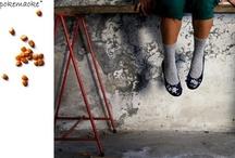 Pokemaoke Scarpe / Pokemaoke è una linea eco-friendly di scarpe e non solo che nasce dall'estro e dalle capacità artistiche di Giulia Simoncelli e Jessica Piantoni. Pokemaoke è la felicità per ogni donna di possedere un pezzo unico e orginale perché le applicazioni sono tutte cucite a mano e sempre abbinate diversamente da ballerina a ballerina. Pokemaoke è seconda vita per oggetti che credevamo rifiuti.