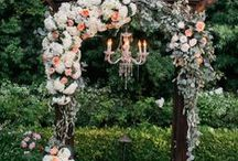 Wedding Ceremony Ideas / How do you imagine walking down the aisle? Will it be sprinkled with rose petals, be under a thousand year old Oak tree? Get inspired by these wedding ceremony ideas for your dream wedding ceremony!