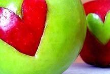Manzanas // Apples / El logotipo de nuestros zapatos es una manzana. Te presentamos otras manzanas creativas: fruta, libros, dulces, manicura, belleza...