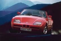 BMW Z1 ile Geçmişe Yolculuk / BMW'nin yeni materyalleri bir aracın üzerinde denemek istemesiyle konsept olarak tasarlanan ve çok beğenildiği için üretilmesine karar verilen BMW Z1, 25. yılını kutluyor. Otomobil o dönem kullanılan 2.5 litre sıralı 6 silindir motora sahipti. 168 beygir üreten bu ünite 5 ileri manuel bir şanzımanla yönetiliyordu. 1989-1991 yılları arasında 8000 adet üretilen BMW Z1'i dikkatli gözler konsept haline getirilmiş bir BMW 325i olarak da görebilir. Siz ne dersiniz?