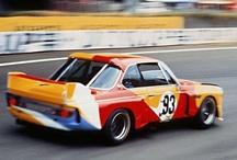 BMW Sanatsal Otomobiller #1 BMW 3.0 CSL '75 / BMW Sanatsal Otomobiller koleksiyonu, bir sanatçı tarafından tasarlanan bir otomobile sahip olma düşüncesiyle yarışçı ve aynı zamanda açık arttırmacı olan Fransız Hervé Poulain tarafından ortaya çıktı. O günden beri aralarında Alexander Calder, Frank Stella, Roy Lichtenstein, Andy Warhol, Jenny Holzer gibi isimleri sayabileceğimiz, 5 kıta ve 9 ülkeden kadın ve erkek toplam 17 sanatçı, koleksiyona katkıda bulundu. Amerikalı Alexander Calder 1970′lerin başında Poualin'in kendi BMW yarış otomobili