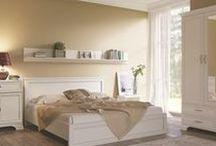 Sypialnia / Sypialnia powinna być urządzona w taki sposób, żeby można było się w niej porządnie wyspać. Posiadamy w ofercie kolekcje z funkcjonalnymi szafami, przydatne w takim wnętrzu jak garderoba. Możemy zaproponować wyposażenie sypialni w wielkie łoże małżeńskie z wygodnym materacem, które spokojnie pomieści dwie osoby. Dodatkowo kolekcje wyposażone są też w takie niezbędne elementy, jak szafka nocna, lustro czy szafa. Każdy mebel do sypialni został wykonany z najwyższą starannością o detale.