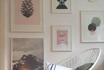 Kunst für deine Wände | DE / Inspiration für dich, wie du dein Zuhause mit einer Gallery Wall verschönerst. Hier erfährst du, wie du einzelne Bilder und Drucke für die besten Effekte anordnest. Die passenden Poster, Kunstdrucke und noch viel mehr Dekoration findest du bei Redbubble im Shop!