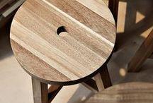 """Tabourets et bancs / Les tabourets et les bancs sont des assises que l'on pourrait qualifier d'""""optionnelles"""" car moins confortables que les chaises ou les fauteuils. Néanmoins, les tabourets et les bancs sont des meubles que l'on dissimule facilement sous une table ou dans un coin de la pièce lorsque l'on en n'a pas besoin. Un banc peut même vous servir de petite console d'appoint."""