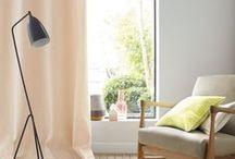 Rideaux et voilages / Il n'y a rien de tel pour habiller une fenêtre que des rideaux ou des voilages. Vous pouvez même opter pour des rideaux thermiques qui empêcheront le froid de rentrer chez vous. Sinon en guise d'accessoire déco, optez pour des rideaux à motifs ou des voilage unis ou inversement !