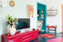 Living rooms / Ideas for decorating your living room. Colourful inspiring front rooms, traditional and cosy sitting rooms, Moroccan influences, white walls and colourful furniture, curtains, sofas, bookcases and more.