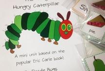 História: A lagartinha muito comilona/ The very Hungry Caterpillar / de Eric Carle Temática: Alimentação; Animais; Crescimento; Natureza; Metamorfose. Articulação das componentes verbal e icónica, acompanha o processo de crescimento e de transformação do ovo em borboleta, de forma  acessível e poética. Perante o olhar do pequeno leitor, desenrola-se, gradualmente e com expressividade (pelo recurso à variação cromática e ao recorte), todo o processo de crescimento e de transformação da espécie em causa. Tem a aparência de um jogo é palpável e cocreto.  / by Natália Pina
