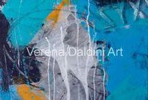 Atelier Verena Daldini / Verena Daldini Hug.  È nata e cresciuta a Mettmenstetten nel Canton Zurigo ma da diversi anni vive in Ticino.  Si è sempre interessata alla pittura iniziando a dipingere su ceramica e porcellana passando in un secondo tempo all'acquarello. La sua curiosità alla ricerca di stimoli nuovi l'ha portata poi alla tecnica mista su cartone, legno e tela. Ha seguito diversi corsi, fra cui quello con Dina Moretti, in Ticino e oltre Gottardo.