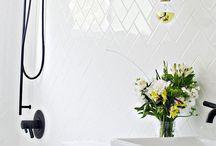 Moodboard bathroom / Kremhvit, lys grå og nude. Naturlig og Glamorøst. Herrigbone marmorfliser i hvit. Lys keramikfliser tre på gulv. Kremhvite vegger. Minimalistisk. Vintage lysekrone, gylden med krystaller. Lyse grå/sand vindu el hvitt?
