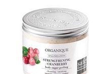 Strengthening Cranberry / The Strengthening Therapy based on cranberry extract that smooths and nourishes skin. / Wzmacniająca terapia z wyciągiem z żurawiny wygładza i odżywia skórę.