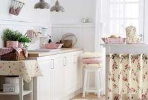 """Cottage/Country/Cozy/Retro/Rustic/Shabby/Vintage-Adorooooo!!!!!!!!!!!! / Estilos que se mesclam e se complementam: os """"antigos"""" são tão modernos!!!!!!!!!! Como não amar?! Babadinhos, rendas, cortininhas; branco, off-white, tons pastéis; madeira bruta, desgastada, pátina; flores naturais e artificiais; louça antiga, porcelana branca, faiança, bolinhas,pois, polka dots... lindezas para uma vida mais suave!!!!!!!!!!!! / by Regina Molinaro"""