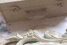 Old White Annie Sloan Chalk Paint / Annie Sloan Chalk Paint Old White is een populaire kleur om meubels te verven gaat heel goed samen met Chalk Paint ™ van Annie Sloan French Linen het is absoluut een van mijn favoriete Chalk Paint ™ van Annie Sloan kleuren. Door de lichte grijstint bijna met alle kleuren te combineren en erg mooi om met Dark Wax mooie craties te maken.
