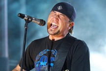 """Jason Aldean Rocks the Stage & Gives Fans Special """"Meet & Greet"""""""