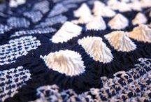 Education: de wereld van tie and dye, plangi & tritik / Je witte tshirt, bloesje, of stof versieren met de plangi techniek, ook wel bekend als tie and dye. Je leert een aantal authentieke manieren om stoffen af te binden waardoor je prachtige dessins krijgt.   Datum: Zondag 21 juli Tijd: 13.00- 16.00 uur  Meer info op de website van het TextielMuseum