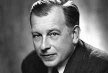 Eero Saarinen / Eero Saarinen (1910-1961) nasceu em Helsinki. Filho do famoso arquiteto finlandês Eliel Saarinen, imigrou para os Estados Unidos com sua família em 1923. Estudou arquitetura em Yale, se formando em 1934. Após um curto período na Europa, passou a lecionar na Cranbrook Academy of Art em 1935, da qual seu pai foi o primeiro presidente. Como arquiteto, trabalhou com seu pai, em seu escritório de arquitetura, antes de Eliel falecer em 1950.