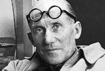 Le Corbusier / Le Corbusier é o sobrenome profissional de Charles Edouard Jeanneret-Gris, considerado a figura mais importante da arquitetura moderna. Estudou artes e ofícios em sua cidade natal, na Suíça, e depois estagiou por dois anos no estúdio parisiense de Auguste Perret, na França.