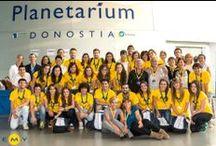 EMY & Monitores / Todos los grupos de jóvenes de verano de EMY Cursos en el extranjero viajan con un monitor que acompaña a los estudiantes en destino durante su estancia.