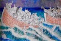 Gritos desde el naufragio / Proyecto de Magdalena Villalba del IES Félix Rodríguez de la Fuente de Sevilla. Las cinco pieles de Hundertwasser. Cuarta piel: entorno social. Un proyecto colaborativo realizado por el alumnado de 1º y 4º de ESO que se plantea como reflexión sobre el drama de los refugiados que, huyendo de la guerra y el hambre, cruzan el Mediterráneo en busca de la paz y la dignidad. Muchos de ellos no lo conseguirán, los más afortunados perderán  todo vínculo con su entorno social y familiar.